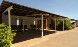 Outdoor car port at Gidgee Inn